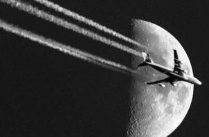 Algunos de los métodos de la geoingeniería se basan en la manipulación humana del clima, como usar aviones para que rocíen aerosoles de sulfato en la estratosfera.Foto: AP.