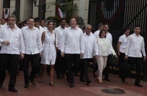 Un Gabinete diezmado acompañó al presidente a los actos conmemorativos por el Día de los Difuntos en la mañana de ayer. Víctor Arosemena