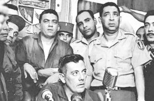 El general Omar Torrijos junto a un grupo de militares. Torrijos supo capitalizar en los meses posteriores al golpe el descontento a lo interno de la Guardia y hacerse con las riendas del poder.