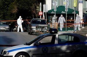 La policía científica inspecciona el lugar donde se ha producido una explosión en Atenas, Grecia. EFE