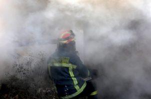 Según informó la Brigada de Bomberos, en las tareas de extinción participan 227 bomberos, con 75 vehículos y 11 medios aéreos. FOTO/AP