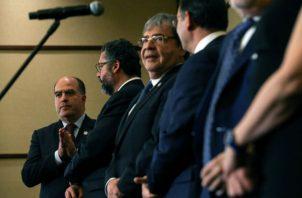 El opositor venezolano Julio Borges (izq), representante ante el Grupo de Lima de Juan Guaidó, durante la rueda de prensa de la XII reunión de cancilleres del Grupo de Lima en Santiago (Chile). Foto: EFE.