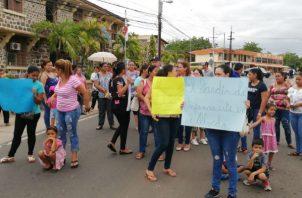Los padres de familia exigen respuestas, protestaron con pancartas. Foto: Thays Domínguez.