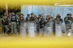 Miembros de la Guardia Nacional Bolivariana en las calles de Venezuela. Foto: AP.