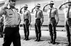 En foto de archivo, tomada en 1985, el general Manuel Antonio Noriega saluda a la tropa en un lugar no identificado. Foto: EFE.