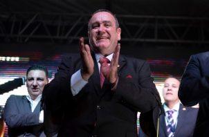 Alejandro Giammatei, del Partido Vamos, celebra con los simpatizantes. FOTO/AP