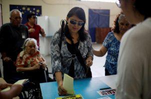 Una mujer invidente deposita su voto durante las elecciones generales.FOTO/EFE