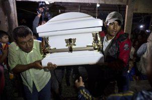 Los vecinos llevan el ataúd que contiene los restos de Jakelin Caal Maquin, de 7 años. FOTO/AP