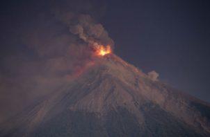 El Volcán de Fuego arroja lava fundida y ceniza caliente desde su cráter en Escuintla, Guatemala. AP