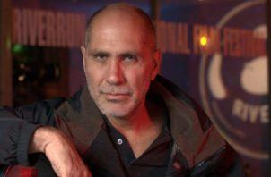 Guillermo Arriaga retrata al humano detrás de la polémica en 'No one left behind'.