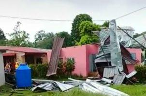 Gustnado desprende techo en Colón. Foto/Sinaproc