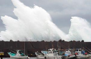 Buques pesqueros ante la llegada del tifón Hagibis al puerto de Kiho, Japón. Foto EFE