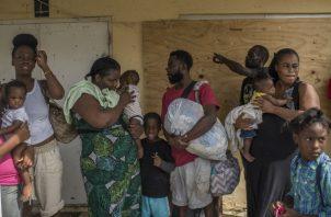 """Inmigrantes haitianos que sobrevivieron el huracán """"Dorian"""" fueron evacuados a Nassau, Bahamas. Muchos perdieron todo. Foto/ Daniele Volpe para The New York Times."""