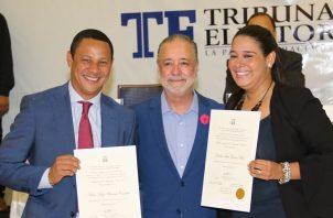 Héctor Brands y su suplente Emelie García Miró reciben sus credencias por parte del Tribunal Electoral.