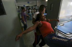 El personal de la sala de emergencia atiende a Joyce Brito luego de que fue herida en la barbilla durante los enfrentamientos con la Guardia Nacional Bolivariana en Ureña. FOTO/AP