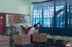 Los Delegados Electorales, la única irregularidad encontrada en todos los centros fue la presencia de activistas identificados con algún candidato dentro de las toldas de verificacion. Foto/Thays Domínguez