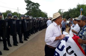 Los productores fueron desalojados de la vía por las Unidades de Control de Multitudes cerca al puente sobre el río La Villa. Foto: Thays Domínguez.