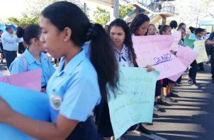 Desde las 7 de la mañana, la comunidad educativa se apostó en la ía ya que aseguran también les hace falta el nombramiento de docentes, trabajadores manuales y un nuebo director.