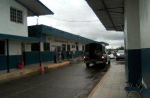 El herido fue llevado al cuarto de urgencias de la Policlínica de Sabanitas en donde el personal médico dictaminó su muerte.
