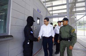 El presidente hondureño Juan Orlando Hernández, asegura que es respetuoso de las leyes y espera que su hermano Juan Antonio pueda probar su inocencia. FOTO/EFE