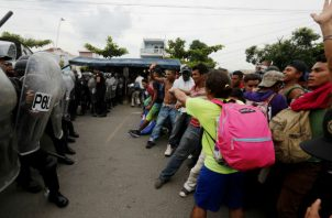 Miles de migrantes, en su mayoría hondureños, rompieron la valla metálica que separa a Guatemala de México. EFE