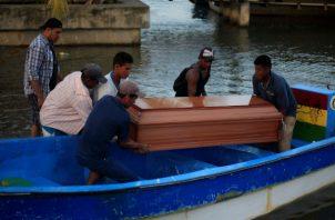 Los familiares de los 27 pescadores que murieron ahogados el miércoles en el Caribe de Honduras y de un centenar de supervivientes del naufragio de dos embarcaciones enterraron hoy a sus muertos.