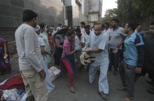 Una persona es rescatada después que se desató un incendio en un hospital de la India. AP
