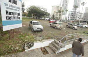 El lugar donde debe construirse el nuevo Hospital del Niño es utilizado para estacionamientos. Archivo