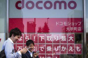 Dos de las tres firmas de telefonía móvil más importantes de Japón, Softbank y KDDI, anunciaron  el aplazamiento del lanzamiento de un nuevo modelo de la firma china Huawei. Foto/Efe
