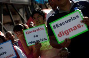 Las peticiones de los gremios que participaron en la marcha, para mejorar la educación pública del país, fueron entregadas en papel. EFE