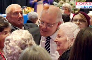 En esta imagen del video, un huevo golpea al jefe del primer ministro australiano Scott Morrison mientras hablaba en una conferencia de mujeres rurales en la ciudad de Albury, Australia. El huevo fue arrojado por una mujer de 24 años durante una protesta antes de una elección general la próxima semana. FOTO/AP