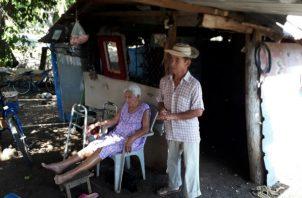 Viven en un improvisado refugio de zinc y madera. Foto. Thays Domínguez.