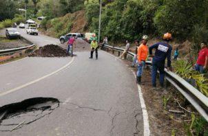 Funcionarios del Mop se apersonaron al área del colapso de la vía. Foto: José Vásquez.