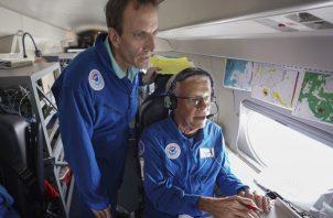 Los meteorólogos John Kaplan y Jack Parrish ven la transmisión de datos en su estación de trabajo, a bordo del jet de llamada Gulfstream IV NOAA-49 de NOAA, una plataforma de alta tecnología, de alto vuelo y alta velocidad utilizada para la previsión e investigación de huracanes. FOTO/AP