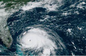 """Según el NHC a partir el huracán puede tornarse """"casi estacionario"""" por más de 24 horas en Bahamas, tras lo cual enfilará rumbo a Florida y el sureste de EE.UU., donde se observa con atención el desarrollo de Dorian."""