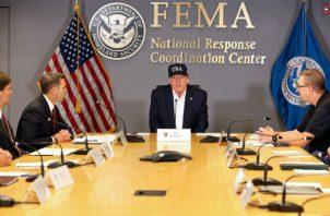 Durante su visita por las instalaciones de FEMA, Trump estuvo acompañado por su jefe de Gabinete, Mick Mulvaney.