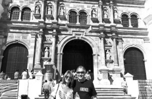Jaime Figueroa y su esposa Mayin Lugo de Figueroa, en la remozada Catedral Metropolitana.