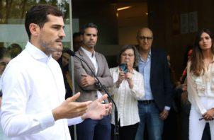 Iker Casillas en declaraciones a la prensa al salir del hospital. Foto:EFE
