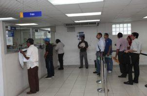 En los últimos días se han reportado largas filas para el pago de impuesto.