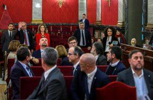 El presidente de la Generalitat, Quim Torra (fondo-2i), saluda a los doce líderes independentistas acusados por el proceso soberanista catalán. FOTO/EFE