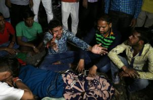 Parientes de las víctimas lloran junto a sus cuerpos tras el accidente de tren en Amritsar (India). EFE