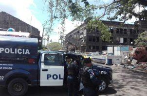 Policías en los predios donde falleció el indigente. Foto: D. Sánchez S.
