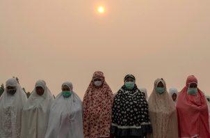 Casi 300,000 personas en la provincia han sufrido problemas respiratorios en la provincia desde enero, cuando esa y otras cinco provincias declararon el estado de emergencia por los incendios. FOTO/EFE