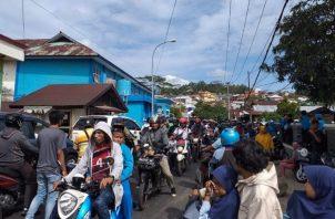 Cientos de residentes huyen de sus hogares y permanecen fuera de los edificios poco después de un terremoto en Ambon, FOTO/AP