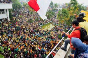 Los estudiantes ocupan el parlamento local durante una manifestación en Padang, Sumatera Occidental, Indonesia. FOTO/AP