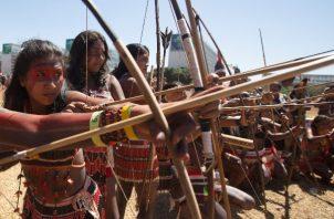 """Cientos de mujeres de diversas tribus indígenas llevan a cabo una serie de protestas en Brasilia, donde exigieron al Gobierno del ultraderechista Jair Bolsonaro más atención sanitaria en sus territorios, que consideran """"amenazados"""" por sus políticas. FOTO/EFE"""