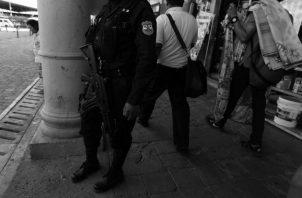 Un miembro de la fuerza policial en acciones de vigilancia. Los ciudadanos se sienten inseguros ante el accionar de los delincuentes. Foto EFE.