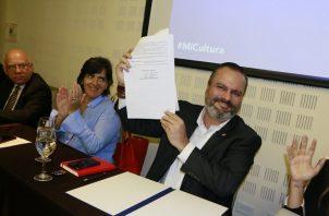 Gabriel González, viceministro de Cultura  firmó el memorando que crea la comisión.