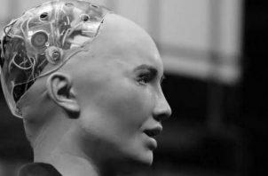 El robot humanoide Sophia, que obtuvo la nacionalidad saudí en octubre de 2017, momentos en que interviene durante la segunda jornada de la Web Summit en Lisboa, en noviembre de 2017. Foto: EFE.