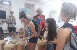 Los peregrinos tuvieron la oportunidad de observar e interactuar con la caja, el tambor, la churuca, que son instrumentos de la música típica panameña y del traje nacional.